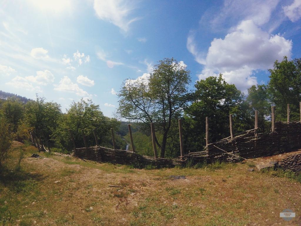 Cheslé forteresse celtique vue sur les méandres de l'Ourthe Pierres, terre éperon rocheux