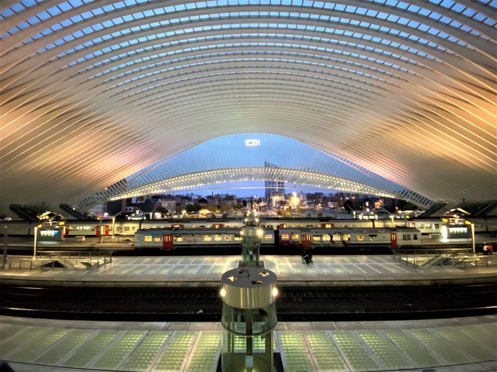 Gare des Guillemins site de départ des balades accessible en transport en commun