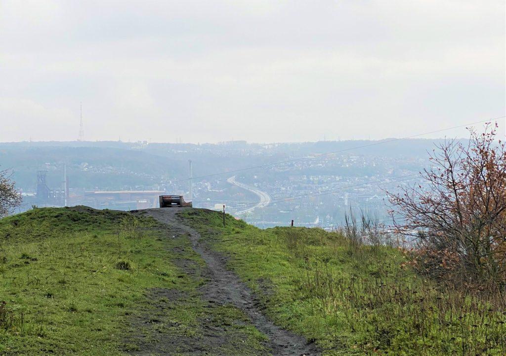 Terril du Piron site de grand intérêt biologique avec vue sur bassin sidérurgique de Liège