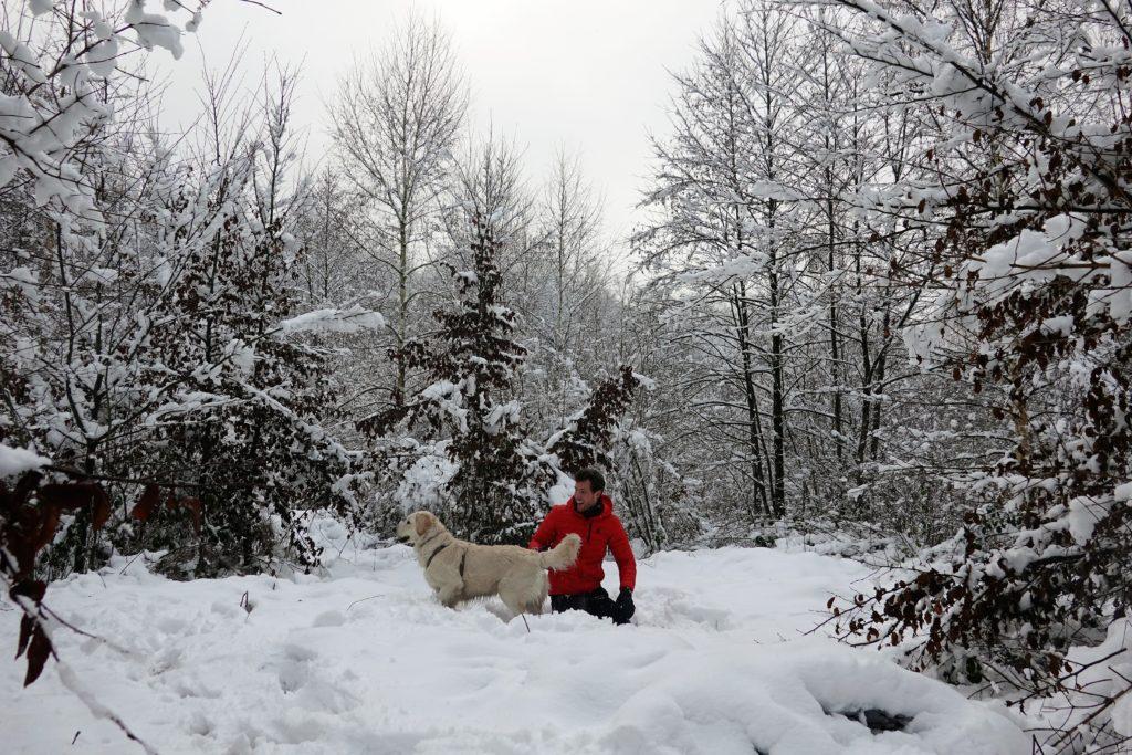 Balade dans la neige avec chien au Ru de Chawion dans le fond de vallée