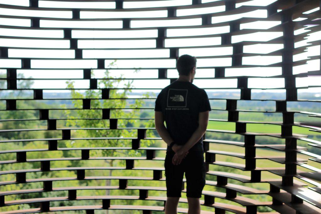 Reading Between The lines vu de l'intérieur avec une vue sur le décor champêtre