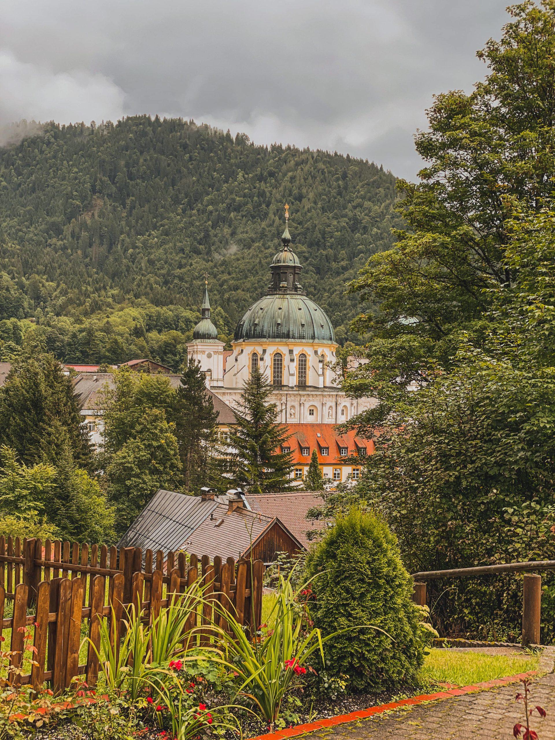 vue sur l'abbaye d'ettal en allemagne